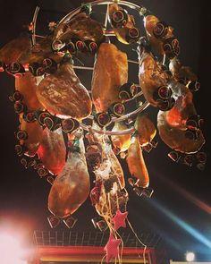 Le Jamon qui vous scrute depuis le plafond d'une bodega où le vin a 14% coule à flot... #madrid #espana #foodporn #instagood  http://ift.tt/2fSuEKU