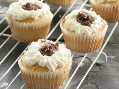Drie soet idees met 'n blik karamelkondensmelk. Ons kosredakteur, Carmen Niehaus, wys hoe maklik dit is om kondensmelk in gebak en ander lekkernye te gebruik. Cupcake Recipes, Dessert Recipes, Desserts, Kos, South African Recipes, Confectionery, Food Inspiration, Sweet Tooth, Sweet Treats