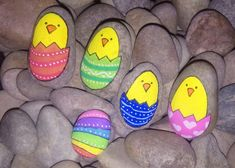 Easter Painted Rocks - Craft and Beauty Rock Painting Patterns, Rock Painting Ideas Easy, Rock Painting Designs, Mandala Painted Rocks, Painted Rocks Craft, Pebble Painting, Pebble Art, Egg Rock, Christmas Face Painting