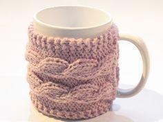 Kubek w liliowym sweterku z warkoczami