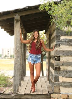 Festival Outfits for Teens Barn Senior Pictures, Casual Senior Pictures, Summer Senior Pictures, Senior Photos Girls, Senior Girls, Spring Pictures, Country Girl Photography, Senior Girl Photography, Cowgirl Photography