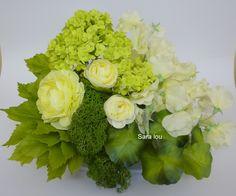 Arranjo de mesa com flores naturais.