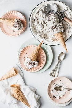 Vegan Mint Chip Nice Cream - With only 5 ingredients, zero mysterious additives, being vegan, dairy free, and lower in sugar Slow Cooker Desserts, Frozen Desserts, Frozen Treats, Vegan Easy, Mint Chip Ice Cream, Yummy Food, Tasty, Delicious Recipes, Vegan Ice Cream