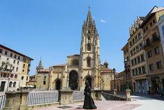 """Oviedo La Plaza de la Catedral es una apuesta por la nostalgia, el romanticismo y el anhelo de vivir la historia. La catedral es una rareza dentro del gótico puesto que solo tiene una torre, además en  su """"Cámara Santa"""", se hayan un sinfín de tesoros como """"La Cruz de la Victoria"""". Pero, más allá de la visita a los monumentos, contemplar un atardecer en esta plaza es una experiencia estética."""