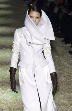 The Most Heavenly Tom Ford Gucci FW 2003 White Cashmere Corseted Runway Coat! Tom Ford Gucci, Gucci Gucci, Black Leather Gloves, Theatre Costumes, Tailored Suits, Japanese Models, Fashion Models, Cool Style, Cashmere