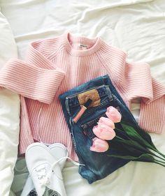 Pull rose + jean bleu légèrement délavé + tennis blanches = le bon mix (photo Bartabac)