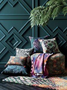 peinture bleu canard, mur déco bleue, coussins, plante verte
