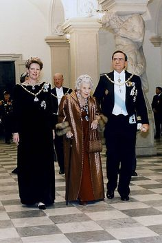 Queen Anne-Marie of Greece with her husband King Constantine and her mother Queen Ingrid of Denmark attend Banquet at Christiansborg Slot. Greek Royalty, Danish Royalty, Greek Royal Family, Danish Royal Family, Casa Real, Queen Anne, King Queen, Denmark History, Prince Felix Of Denmark