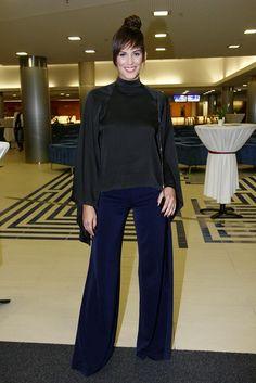 Asi nejvíc svým outfitem bavila Aneta Vignerová. Komplet od svého dvorního návrháře Michaela Kováčika, ve kterém hrály hlavní roli zvonové střihy, doplnila jednoduchou kabelkou na řetízku. Funkci šperků suplovaly výrazný make-up a účes s falešnou ofinou od Pavla Kortana. Bell Bottoms, Bell Bottom Jeans, Up, Normcore, Celebrity, Suits, Style, Fashion, Swag