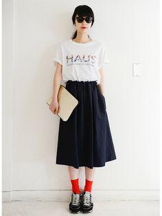 【ELLE】Tシャツ×ミモレ丈スカートのグッドバランス|エル・オンライン