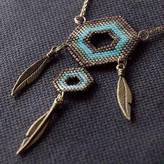 Sautoir inspiration attrape-rêve (longueur 70 cm). #miyuki #miyukidelica #peyote #beading #perles #beads #matierepremiere #collier #necklace #sautoir #longnecklace #geometric #geometrique #hexagon #hexagone #attrapereve #dreamcatcher #plume #feather #breloque #charm #turquoise #khaki #kaki #marron #brown #handcrafted #sitroon