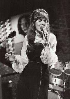 Karen Carpenter ~~~~ A voice I still love to listen to!! Richard Carpenter, Karen Carpenter, Drums Girl, Karen Richards, Richard Rodgers, We Will Rock You, 20th Century Fashion, Gone Girl, Portraits