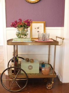 Vintage bar carts are great flea markets finds and are perfect for creating vignettes. #barcarts #fleamarket #vignettes