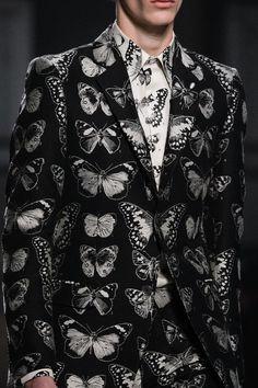 monsieurcouture: Alexander McQueen F/W 2016 Menswear London Fashion Week Spread your wings Alexandre Mcqueen, Alexander Mcqueen Mens, Estilo Tomboy, Fashion News, Mens Fashion, Fall Fashion, London Fashion, Mantel, Ideias Fashion
