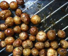 Ihan pienet varhaisperunat rakastavat uunissa kypsentämistä. Good Food, Yummy Food, Fun Food, Goodies, Food And Drink, Potatoes, Salad, Baking, Fruit