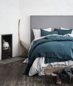 Light gray. PREMIUM QUALITY. Duvet cover set in washed linen with double-stitched seams at edges. Fastens at foot end with concealed metal snap fasteners.