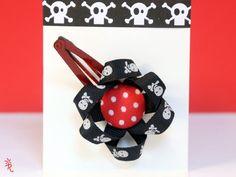 Horquilla para chicas piratas capaces de todo.   Están realizadas con cintas decoradas con calaveras y un botón forrado en tela. Cosidas y pegadas ...