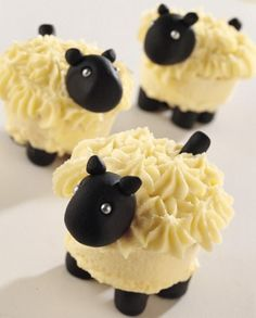 Thinking of serving baby shower cupcakes? Decoration is what makes your cupcakes a hit or miss. Here are 80 adorable baby shower cupcake ideas that your guests will love. Lamb Cupcakes, Sheep Cupcakes, Cupcake Cookies, Sheep Cake, Yummy Cupcakes, Cupcakes Bonitos, Cupcakes Decorados, Food Design, Design Ideas