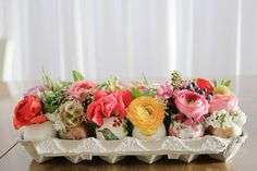The decoration is an important element for a successful Easter. Create a festive atmosphere, by making beautiful Easter table decoration. Egg Crate Flowers, Egg Crates, Easter Table Settings, Deco Floral, Floral Foam, Art Floral, Easter Brunch, Easter Party, Deco Table