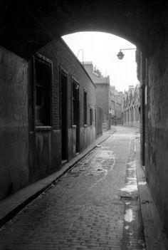 Peter is being followed. Victorian London, Vintage London, Old London, London Pubs, London Street, London City, Uk Photos, London Photos, Urban Photography