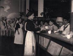 Zapatista campesinos que han entrado en la Ciudad de México en diciembre de 1914. Desayuno en el famoso restaurante Sanborns. Tenían la costumbre revolucionaria de pagar para el desayuno