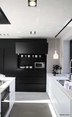 Men usually aren't fond of cooking but kitchen space should be stylish and reflect your personality. Here are masculine kitchen designs that inspire. Black Kitchens, Home Kitchens, Kitchen Black, Nice Kitchen, Hidden Kitchen, Awesome Kitchen, Kitchen Modern, Beautiful Kitchen, Kitchen Dinning