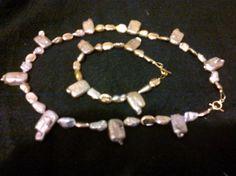 Collar y pulsera Flor… es de perla en pastilla y goldfield.  Precio $1200