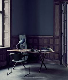 Home Office Heaven. Dark walls and a GUBI cobra table lamp. Interior Exterior, Home Interior, Interior Architecture, Black Interior Design, Interior Office, Bedroom Office, Modern Interior, Home Office Inspiration, Interior Inspiration
