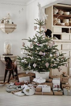 Christmas tree decorating ideas Red, silver and white ornaments, garland, colorful element... source: hviturlakkris