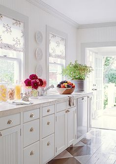 70 Kitchen Design & Remodeling Ideas - Pictures of Beautiful Kitchens Interior Modern, Interior Design, Luxury Interior, Indian Style, Black Cabinets, Kitchen Cabinets, Herringbone Wood Floor, All White Kitchen, White Kitchens