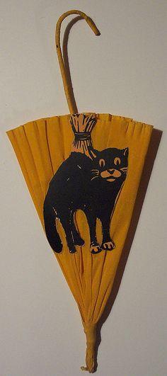 love this vintage Halloween crepe paper parasol with diecut black cat.....