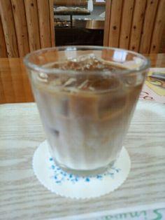 喫茶店でソイコーヒーコールドいただいています。