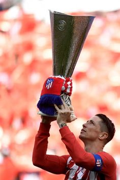 Atletico Madrid's Spanish forward Fernando Torres raises their Europa League trophy before the Spanish league football match between Club Atletico de Madrid and SD Eibar at the Wanda Metropolitano stadium in Madrid on May Football Is Life, Football Match, Football Players, Soccer Skills, Soccer Tips, At Madrid, Antoine Griezmann, Europa League, European Football