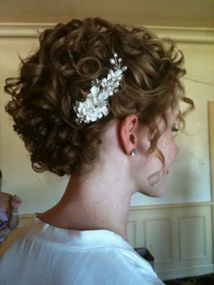 Contrary to what every pinner has written, these are not natural curls. But this is a cute up-do.