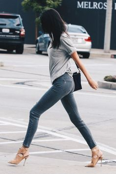 Kendall Jenner wears a gray t-shirt with jeans and nude heels: sexy and simple.