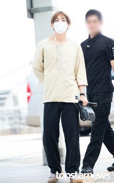 [HD포토] 방탄소년단(BTS) 뷔 동글동글 귀여운 안경 #topstarnews Bts Airport, Airport Style, Airport Fashion, Jimin Jungkook, V Taehyung, Pop Fashion, Mens Fashion, V Cute, Most Handsome Men