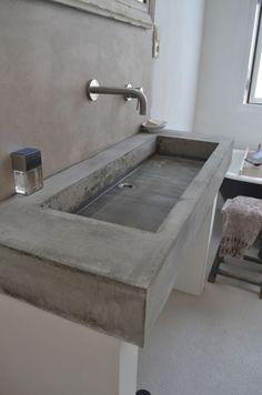 DIY wasbak van gegoten beton. Wel de ombouw goed stevig maken, het beton bewapenen en de bubbeltjes eruit trillen.
