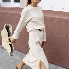 Fashion Tips Moda cream sweater and midi skirt.Fashion Tips Moda cream sweater and midi skirt Beige Outfit, All White Outfit, White Outfits, Outfit Chic, White Dress, White Belt, Fashion Casual, Look Fashion, Fashion Outfits