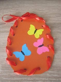 Ei versieren - naai techniek op en neer met lint. Easter Arts And Crafts, Easter Crafts For Kids, Spring Crafts, Diy For Kids, Easter Activities, Craft Activities For Kids, Preschool Crafts, Puppet Crafts, Pinterest Crafts