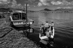 En mi ciudad es un furgón escolar el que recoge a los niños para el colegio, aquí en el Lago Titicaca en la comunidad de los Uros, es un bote a motor. © Andrés Vargas