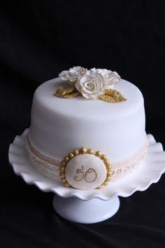 Aniversario de bodas 50. Small Wedding Cakes, Beautiful Wedding Cakes, Gorgeous Cakes, Wedding Cake Designs, 50th Wedding Anniversary Cakes, Kue Anniversary, Birthday Cake For Women Simple, Golden Cake, Cake Creations