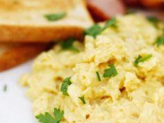 A cada três ovos, acrescente uma colher de creme de leite e um pedaço de manteiga fria