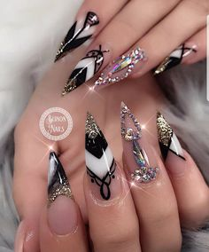 Black Stiletto Nails Designs You Need To Try – Page 3 Cute Acrylic Nails, Acrylic Nail Designs, Nail Art Designs, Stiletto Nail Designs, Crazy Nail Designs, Black White Nails, Black Stiletto Nails, Brown Nails, Ongles Bling Bling