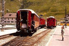 Der Rh.B Speisewagen wird rangiert und fährt mit dem Glacier Express zurück nach St. Moritz. Rechts bestaunen meine beiden Brüder im sommerlichen Freizeitlook das Geschehen. Andermatt, Volvo Kombi, Glacier Express, Swiss Railways, Switzerland, St Moritz, Trains, Locomotive, Website