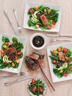 Leckere Fischstäbchen im Sesam-Mantel auf Salat und Matcha Cupcakes mit Kokossahne sind bei der gemeinsamen Koch-Action mit Mimirosefoodlove entstanden. Rezept für den Salat gibt es auf Purple Avocado, die Cupcakes bei Mimi und Rose.