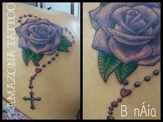 #purplerose #terço #rosa #tattoo #tyatuagem #femaletattoo #tattoofeminina Mom Tattoos, I Tattoo, Rosa Tattoo, Architecture Tattoo, Art And Architecture, Compass Tattoo, Remembrance Tattoos, Gaming Tattoo, Tattoo Feminina