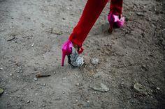 Fleur de Paris  Street Style PFW / Día 2  29 de 72 Porque el rosa y el rojo siempre fueron una pareja inesperada (y eterna). Y más si empastan así, en clave joya y terciopelo. ¿Alguién da más? Foto: © Icíar J. Carrasco