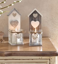 Holz, gekalkt in dezenten Weiß- und Grautönen, liebevoll gearbeitet mit dekorativer Sisalschnur und verspieltem Mini-Holzvogel, robuster Glasaufsatz, ideal auch als Übertopf oder zum Bepflanzen