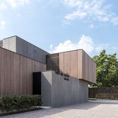 Image 8 of 29 from gallery of Van De Velde Funeral Center / HULPIA architecten. Photograph by Alejandro Rodriguez Minimalist Architecture, Modern Architecture House, Interior Architecture, Landscape Architecture, Concrete Architecture, Residential Architecture, Great Buildings And Structures, Modern Buildings, Wood Facade