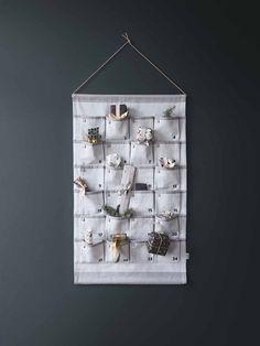FERM LIVING - Adventskalender, Grau, 85cm | SCHÖNER WOHNEN-Shop Der hübsche Adventskalender von Ferm Living hat 24 befüllbare Taschen, um die Wartezeit bis Weihnachten zu verkürzem. Der liebevoll gestaltete Kalender aus Stoff kann jedes Jahr wieder verwendet werden. Durch sein zeitloses Design werden Sie viele Jahre Freude an Ihrem Adventskalender haben.